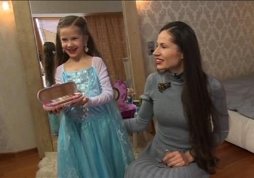 VIDEO: Kai dukrytė ima mėgdžioti mamą...