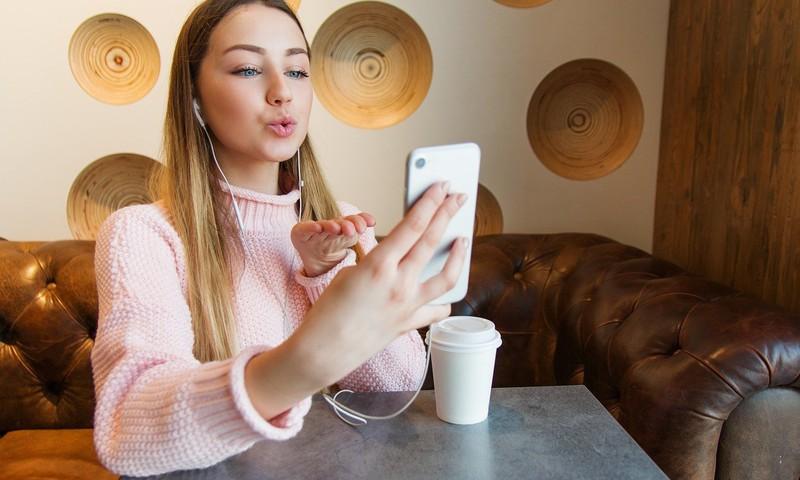 Paauglių pasimatymai internete: kodėl svarbu suprasti, bet pasikalbėti apie saugumą