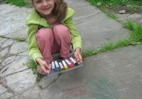 Erikutės piešinukas ant asfalto