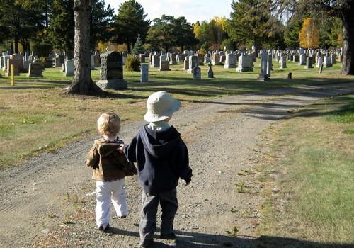 Ar verta vežtis vaikus į kapines? Specialisto patarimai