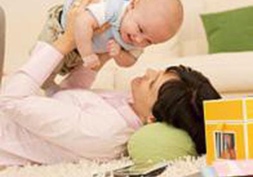 Ar galima 3 mėnesių kūdikį statyti ant kojyčių prilaikant?