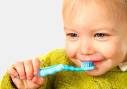 Pirmieji dantukai: valyti ar ne