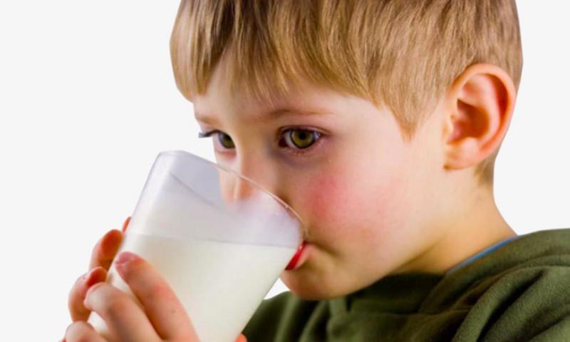 Ar tikrai vaikai mokykloje turės kasdien išgerti stiklinę pieno?