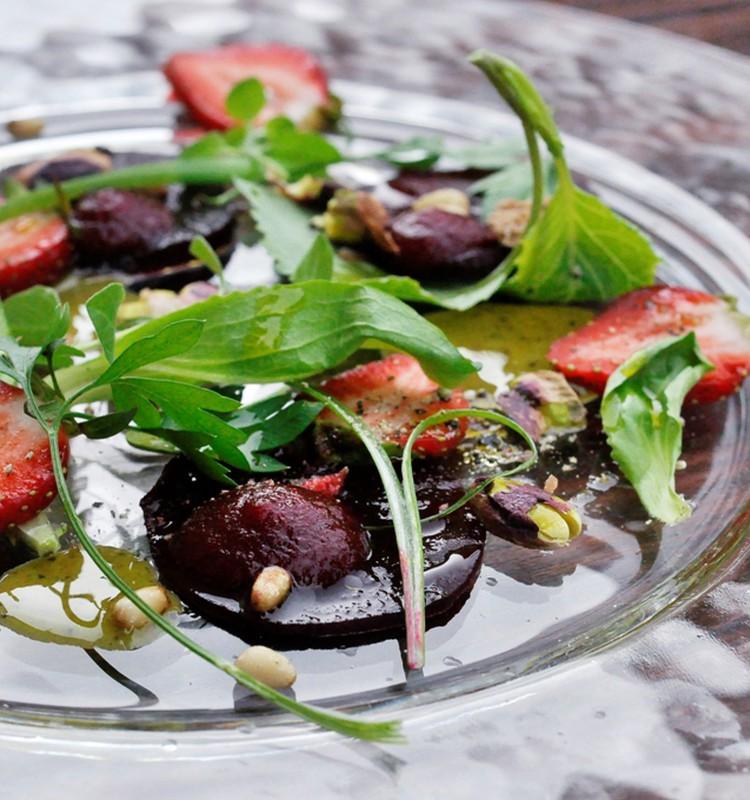 Riešutais pagardintos burokėlių ir braškių salotos pagal Liną Samėną