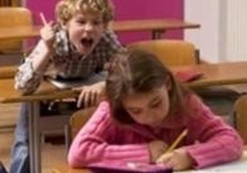 Kaip elgtis su neklaužadomis, kurie skriaudžia jūsų vaiką