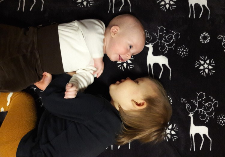 Du mažyliai namuose: broliai šaunuoliai