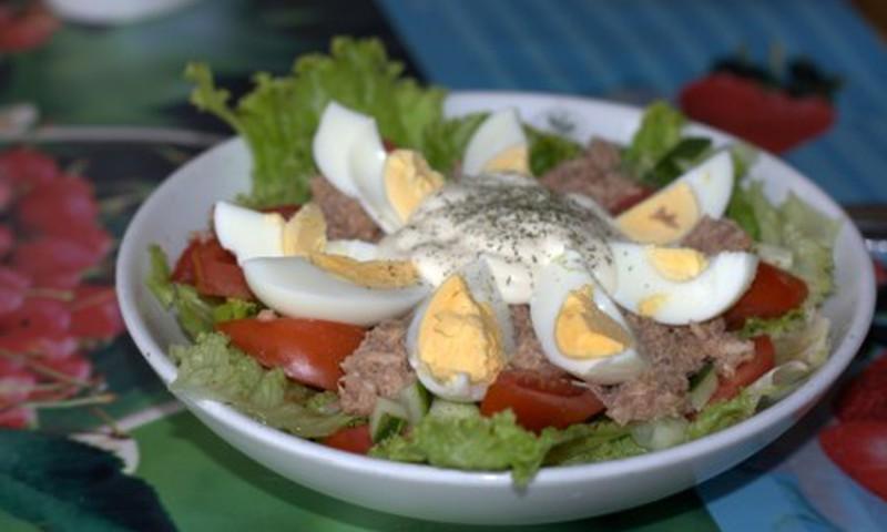 Šviežios salotos su tunu