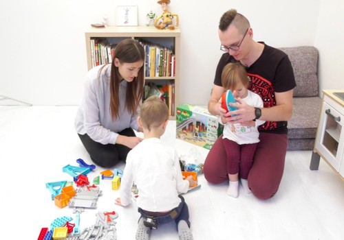 VIDEO: Su kuo ir kaip žaidžia vaikų rašytojo Tomo Dirgėlos šeima