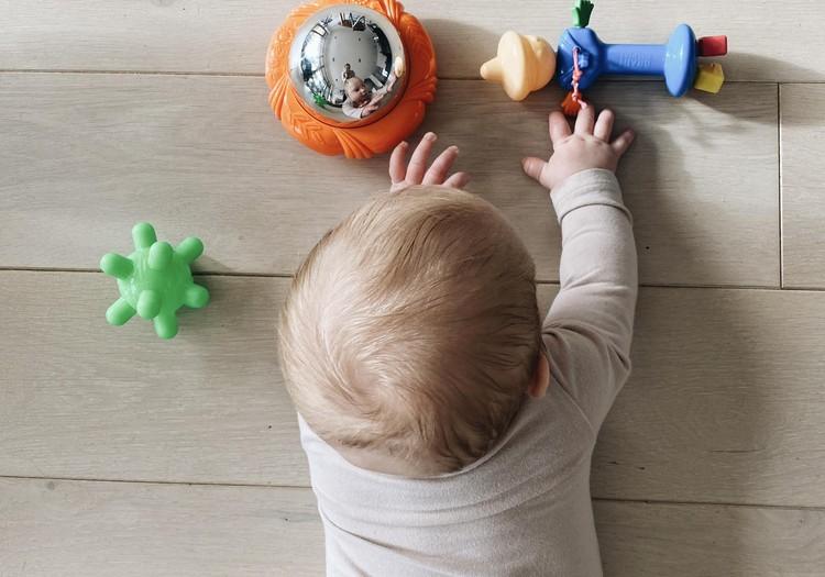Kaip taisyklingai guldyti kūdikį ant pilvuko ir kuo jį užimti, kad gulėjimas nepabostų?