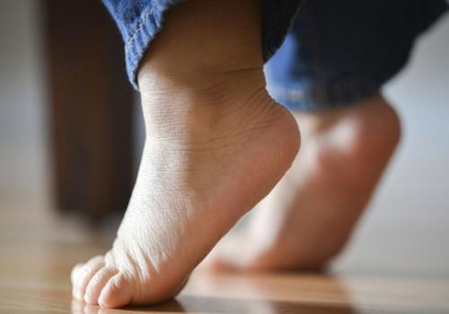 Kodėl mažyliai ima vaikščioti ant pirštų galų: komentuoja kineziterapeutė