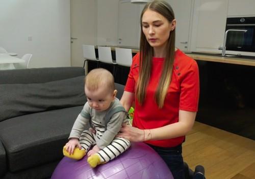 VIDEO: Pratimai ant kamuolio su mažyliu