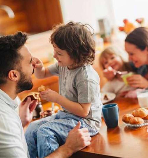 Kas pagal Darbo kodeksą priklauso tėvams su vaikais?