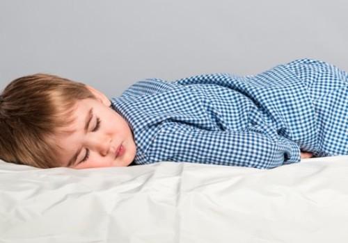 Miegas svečiuose: ką daryti su naktine enureze?