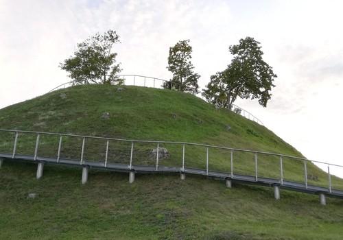 VASAROS GIDAS. Ukmergės piliakalnis