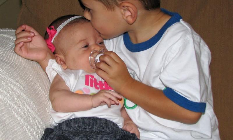 Vyresnis brolis ar sese - kaip su jais bendrauti gimus mažyliui?
