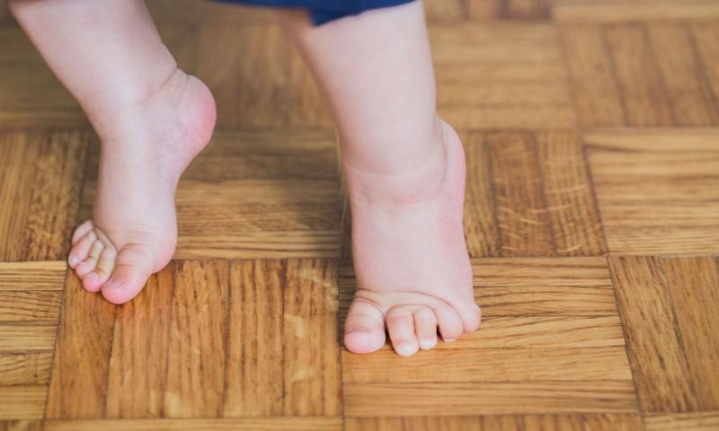 Ką daryti, jei mažylis eina pasistiebęs: kineziterapeutės patarimas