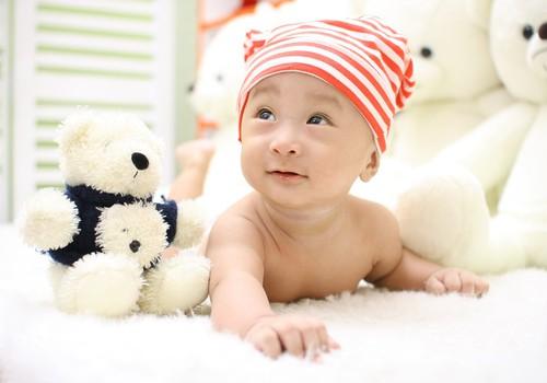 Kūdikis nenori šliaužti. Kaip jį paskatinti?
