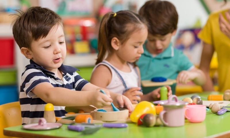 Psichologė: Beveik mėnuo darželyje, o vaikas vis dar negali jūsų paleisti? Tai natūralu