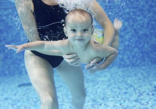 Kodėl naudinga lankyti baseiną nuo kūdikystės?