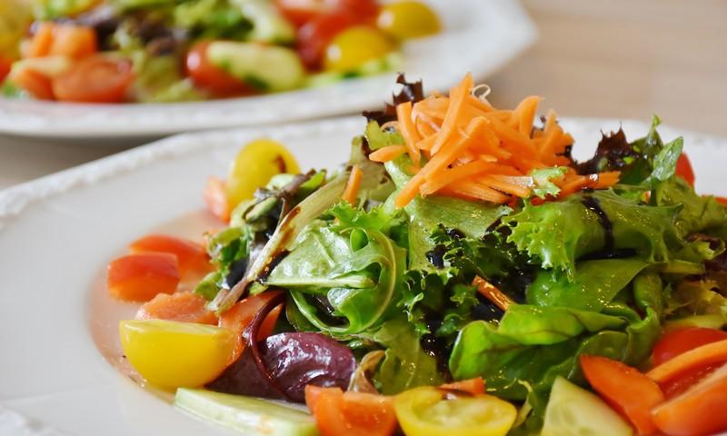 Sveikos ir gardžios pavasarinės salotos suteiks didelę naudą organizmui