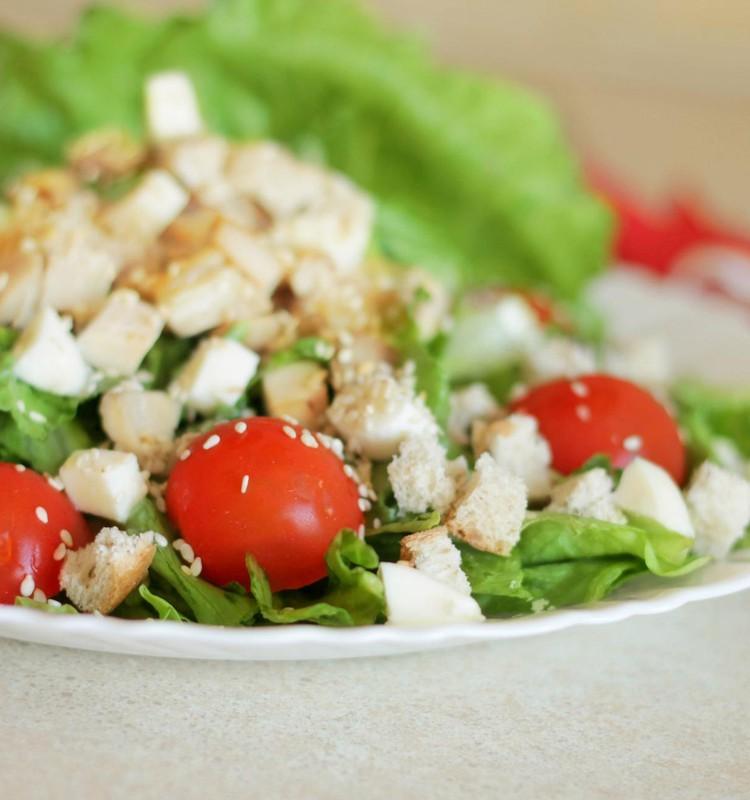 Vištienos ir mocarelos salotos