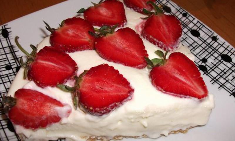 Citrininis šviežios grietinėlės tortas su braškėmis