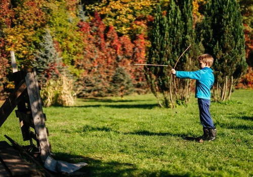 Ką veikti su vaikais lauke? Natūralios žaidimų aikštelės