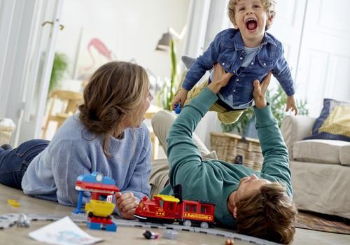 Šeimos, kuriose daugiau žaidžiama, yra laimingesnės +VIDEO