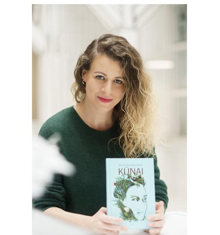 """Geriausios metų knygos autorė Akvilė Kavaliauskaitė: """"Kai matau žmogų, rankose laikantį """"Kūnus"""", apima jaudulys"""""""