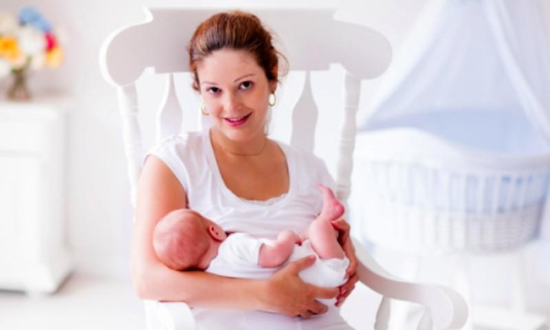 Atsako akušerė Marija: kodėl kūdikis prastai valgo iš vienos krūties?