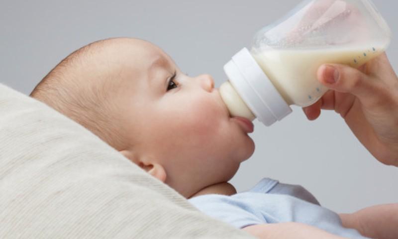 Ar pirmomis savaitėmis kūdikiui galima duoti mišinėlio?