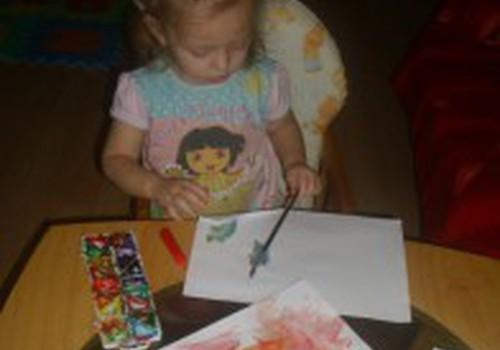 Piešiu su dažais ir šiaudeliu