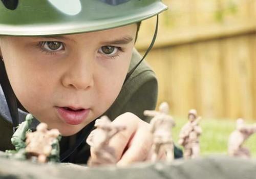 Berniukai žaidžia karą! Ar tinkami tokie žaidimai?