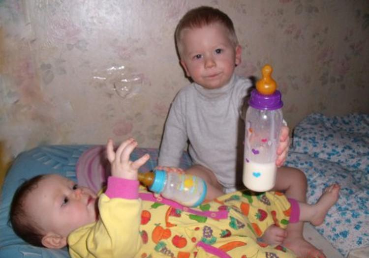 Elijas dalijosi skaniu pieno gėrimu su broliuku