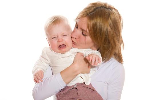 Ar iškart skubate pas mažylį, jam pravirkus? Psichologės patarimai