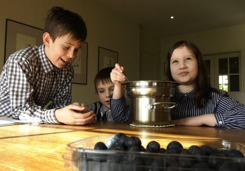"""VIDEO """"Gaminame su vaikais"""": tortas be glitimo"""