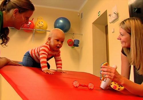 VIDEO: Super mažylis Hubertas mokosi ropojimo gudrybių