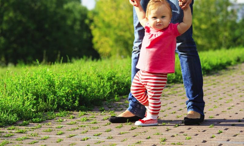 Kineziterapeutė pataria, kaip taisyklingai vesti mažylį