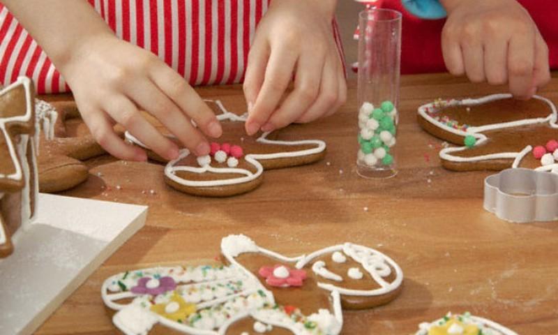 3 taisyklės, kad švenčių vaišės nepakenktų vaikams