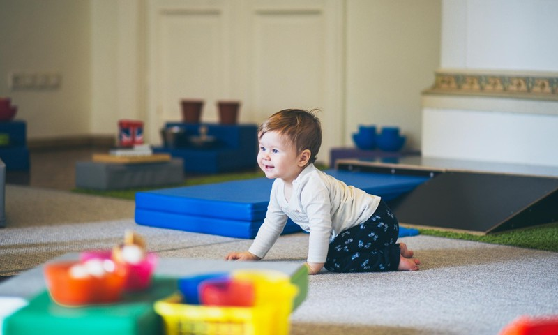 Ką veikti su 6-8 mėnesių mažyliu: naudingi žaidimai ir kineziterapeutės patarimai