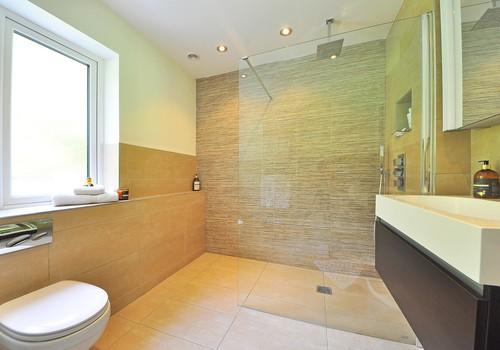 TOP 7 patarimai, kaip vizualiai padidinti vonios kambarį