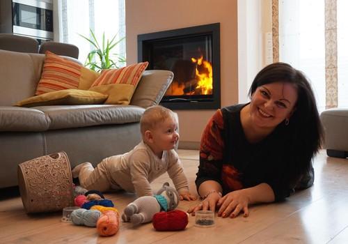Versli mama Milda neria žaisliukus vaikams