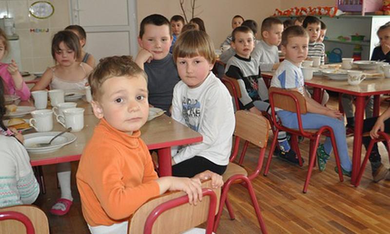 Maiste vaikų darželyje – pavojingos medžiagos ir bakterijos