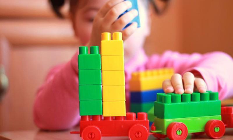 Kaip reaguoti, kai sūnus domisi lėlėmis, o dukra - mašinėlėmis?