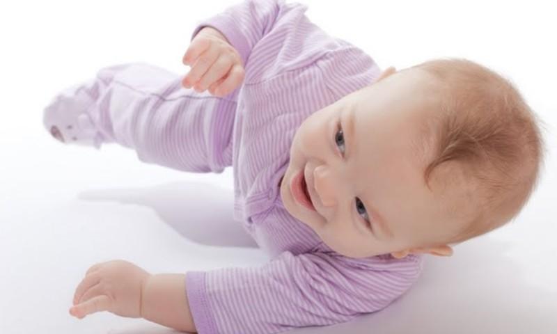 Kūdikis nesivarto? Padėkite, bet neatlikite visko už jį!