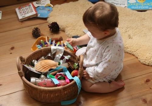 Ką naudingo žaisti su 6 mėnesių ir vyresniais mažyliais?
