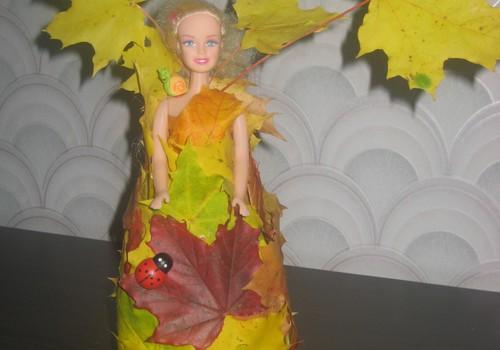 Barbė su lapų suknele..