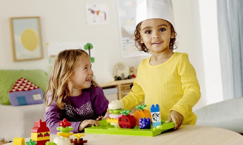Kaip žaidžia maži vaikai: kartu, bet tarsi atskirai