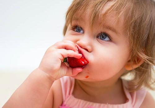 Nuo kada mažyliui galima ragauti braškių?