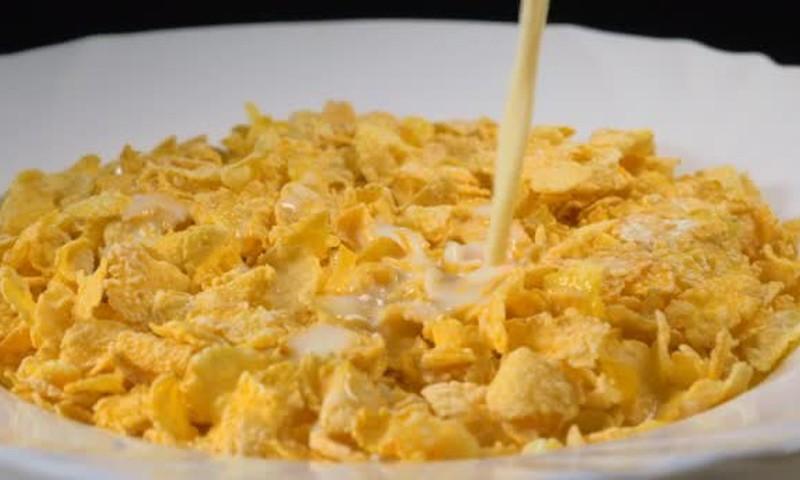 Pusryčių dribsniuose cukraus kiekis gerokai viršija normą